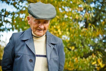 Photo pour Portrait extérieur d'un très vieil homme - image libre de droit