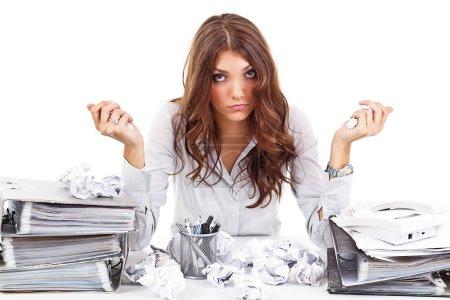 Foto de Mujer cansada con documentos en su oficina - Imagen libre de derechos