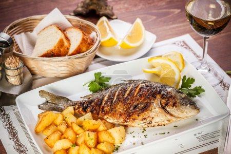 Photo pour Dorado poisson servi sur table de restaurant - image libre de droit