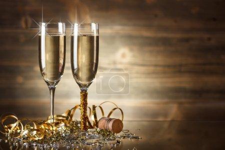 Photo pour Célébration du Nouvel An avec deux verres à champagne - image libre de droit
