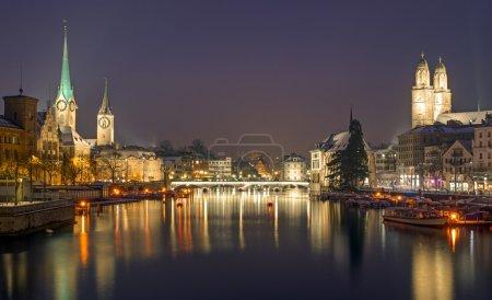 Photo pour Un panorama de zurich sur une nuit d'hiver - image libre de droit