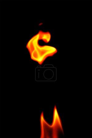 Photo pour Feu sur fond noir - image libre de droit