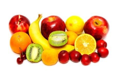 Foto de Frutas frescas aisladas sobre un fondo blanco - Imagen libre de derechos