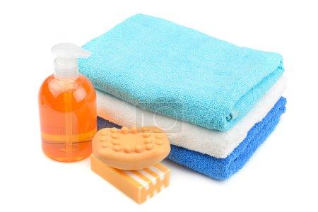 Photo pour Serviette, savon, shampooing isolé sur blanc - image libre de droit