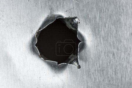 Photo pour Trou de balle dans la tôle - image libre de droit