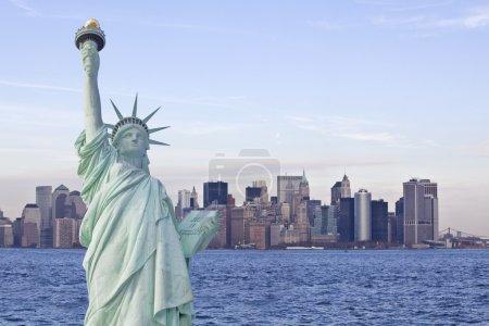 Photo pour Statue de la liberté avec le ciel de new york en arrière-plan - image libre de droit
