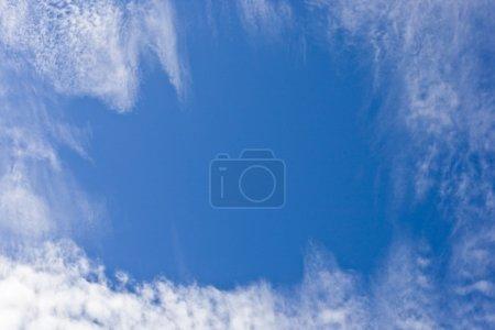 Photo pour Ciel bleu avec nuages - image libre de droit