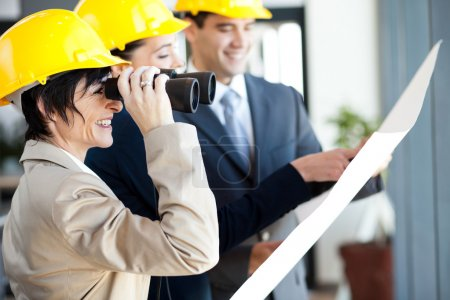 Photo pour Chef de projet regardant le chantier avec des jumelles - image libre de droit