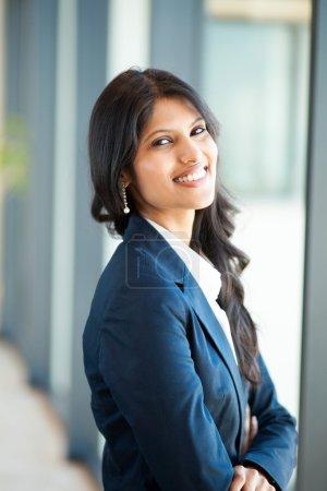 Photo pour Joyeux jeune asiatique femme d'affaires au bureau - image libre de droit
