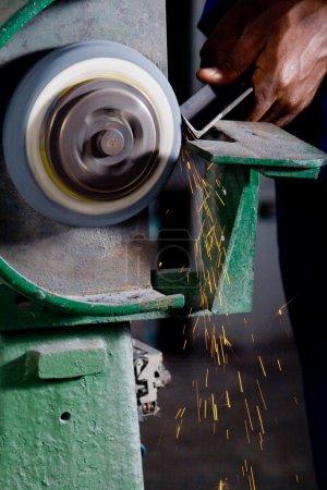 Photo pour Homme travaillant sur rectifieuse avec métallurgie - image libre de droit