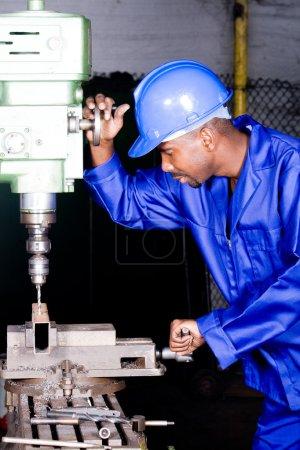 Photo pour Ouvrier d'usine afro-américain travaillant en atelier - image libre de droit