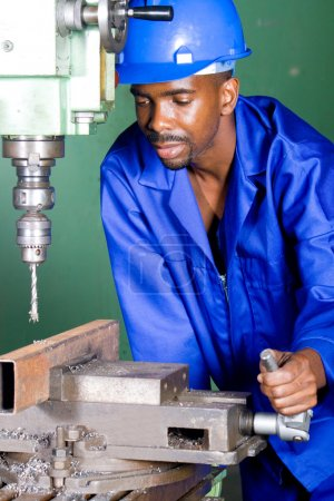 Photo pour Usineur industriel africain travaillant en atelier - image libre de droit