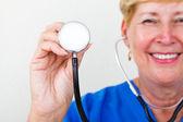 šťastné ženy starší doktor drží stetoskop