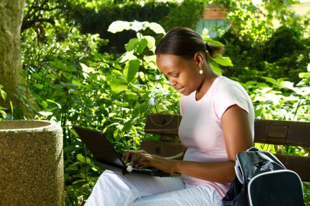 étudiant africain féminin à l'aide de plein air portable