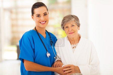 Photo pour Femme âgée et jeune infirmière attentionnée - image libre de droit