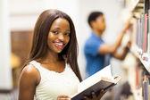 livre de lecture étudiant Université afro-américaine en bibliothèque