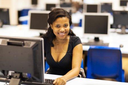 Photo pour Belle étudiante afro-américaine en salle informatique - image libre de droit