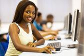 estudiante universitario bastante afroamericano en sala de computación