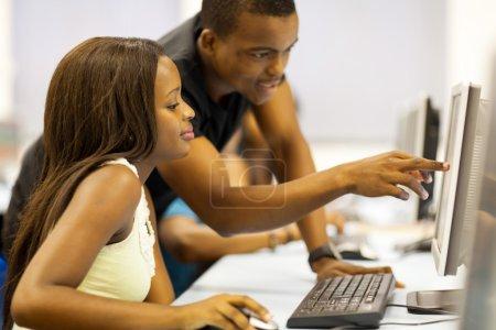 Photo pour Groupe d'étudiants afro-américains dans la salle informatique - image libre de droit