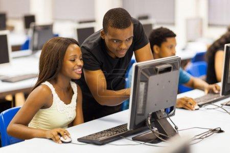 Photo pour Groupe étudiants africains universitaires dans la salle informatique - image libre de droit