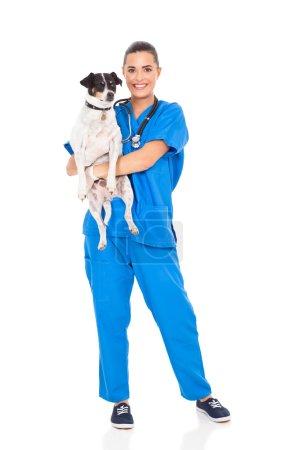 Photo pour Jolie vétérinaire médecin tenant chien isolé sur blanc - image libre de droit