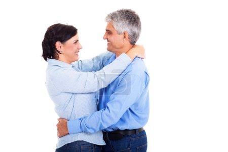 Photo pour Heureux et beau couple d'âge moyen embrassant sur fond blanc - image libre de droit