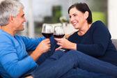 milieu couple âgées dégustant vin