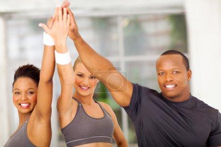 Photo pour Groupe de célébrer en bonne santé après l'exercice - image libre de droit