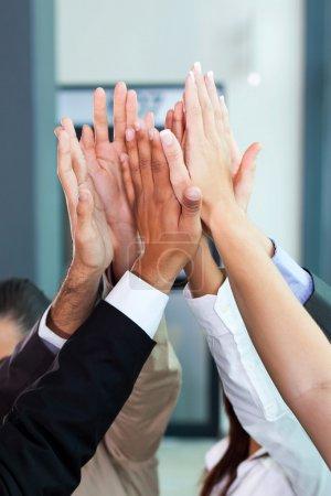 Photo pour Célébration des affaires pour le bon travail d'équipe avec cinq haut - image libre de droit