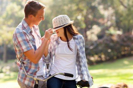 Photo pour Beau adolescent garçon jouer avec sa copine à l'extérieur - image libre de droit