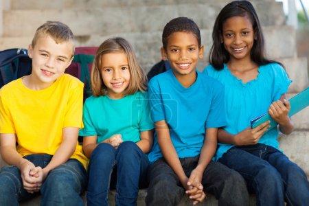 Photo pour Groupe de sourire des élèves des écoles primaires à l'extérieur - image libre de droit