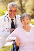 médecin et patient âgé