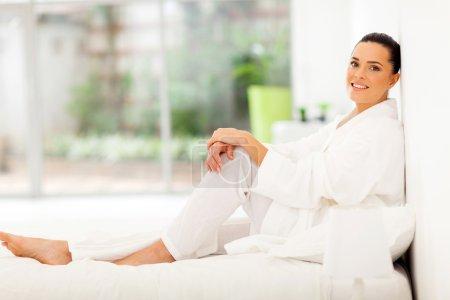 Photo pour Attrayant jeune femme en pyjama relaxant au lit - image libre de droit