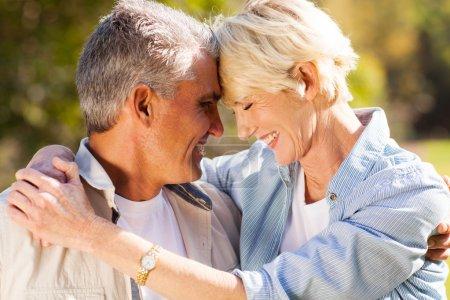 Photo pour Aimant couple d'âge moyen étreignant avec les yeux fermés gros plan portrait - image libre de droit