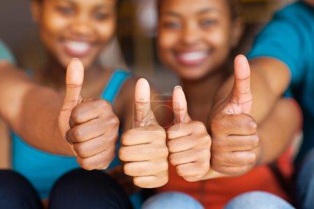 Foto de Grupo de amigos africanos pulgares arriba closeup - Imagen libre de derechos