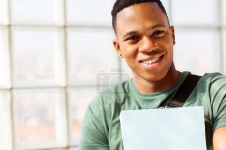 Photo pour Bouchent portrait de sourire des étudiants de l'université africaine - image libre de droit
