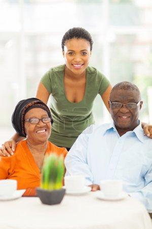 Photo pour Heureux grands-parents africains et granddauhter à la maison - image libre de droit