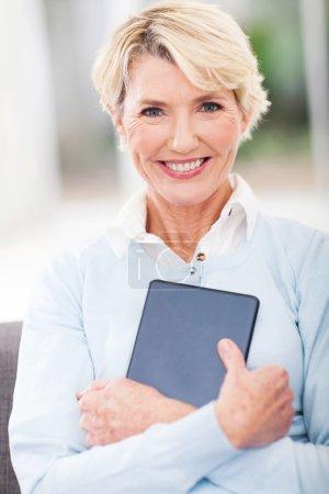 Photo pour Belle femme âgée tenant tablette ordinateur - image libre de droit