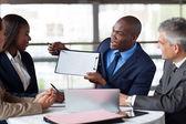 Fiatal afro-amerikai üzletember bemutatja számok egy Imre