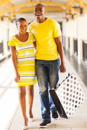 Foto de Alegre joven pareja africana en el centro comercial - Imagen libre de derechos