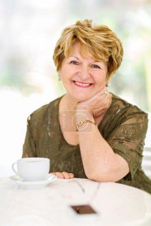 Photo pour Heureuse femme âgée assise à la maison - image libre de droit