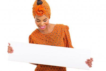 Photo pour Souriant jeune femme africaine regardant tableau blanc - image libre de droit
