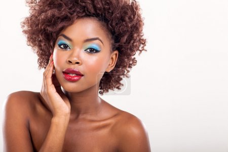 Foto de Joven afro americano modelo femenino maquillaje colorido - Imagen libre de derechos