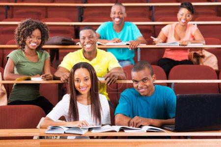 Estudiantes en sala de conferencias