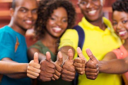 Foto de Grupo de amigos americanos africanos pulgares arriba cerrar - Imagen libre de derechos