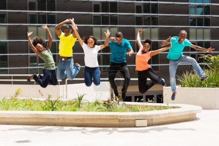 Estudiantes universitarios saltando