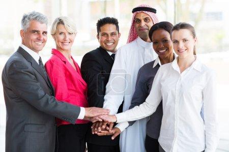 Photo pour Groupe d'équipe d'affaires réussies mettant leurs mains ensemble - image libre de droit