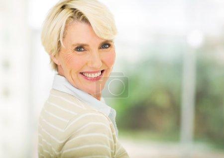 Photo pour Portrait en gros plan de belle femme d'âge moyen à l'intérieur - image libre de droit
