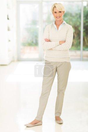 Photo pour Jolie femme d'âge moyen debout dans le bureau - image libre de droit