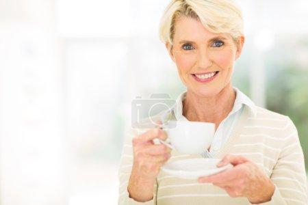 Photo pour Belle femme âgée prenant un café - image libre de droit